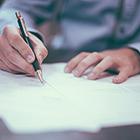 fapatrock-branchen-versicherungsunternehmen-mann-dokumente-schreiben-140x140px